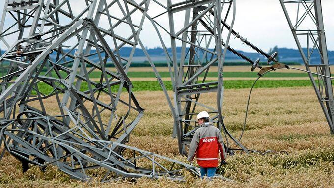 Aufraeumarbeiten nach Unwetter in Niederbayern