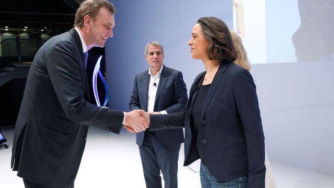 Dr. Sabine Lutz (Leiterin Einkauf Nicht-Produktionsmaterial der Daimler AG) gratuliert Klemens Rethmann (Vorstandsvorsitzender Rhenus-Gruppe).