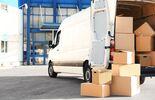 KEP-Transporter beim Zustellen von Paketen
