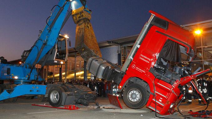 Mercedes Actros , Bagger zerlegt Mercedes